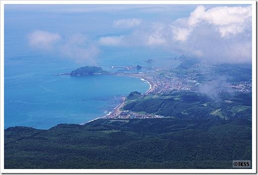 吉田岳山頂から様似市街を望む