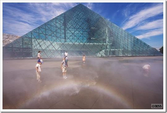 モエレ沼公園 ガラスのピラミッド前庭「ミスト噴水」