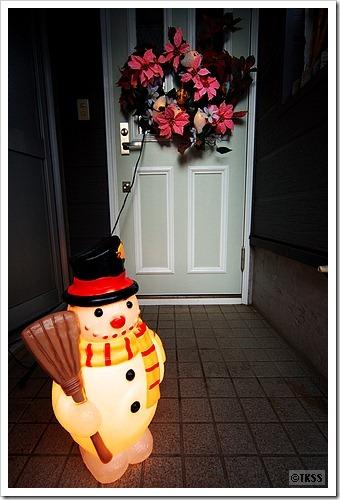 玄関のスノーマンとクリスマスリース