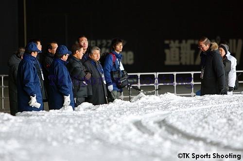 視察する札幌市長