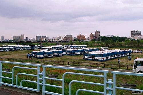 集結した警察の大型人員輸送車