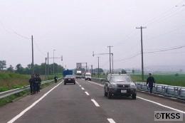 国道230号線沿いを歩く機動隊