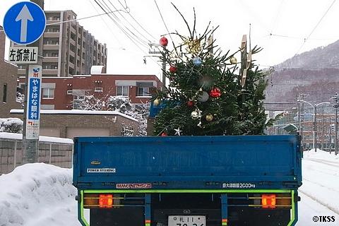 クリスマスツリーと門松を運ぶトラック
