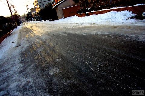 凍てついた路面