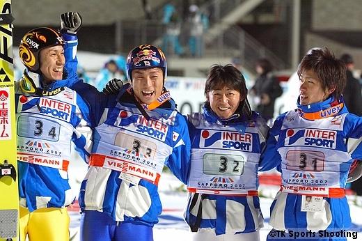 喜びに湧く日本チーム(左から葛西、伊東、岡部、栃本)